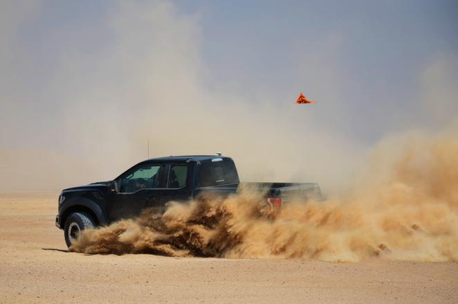 فورد تختبر F-150 رابتر الجديدة في صحارء الخليج