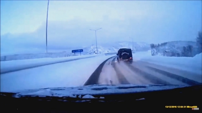 مرسيدس G-Class تتعرض لحادث قوي على الطرقات الثلجية