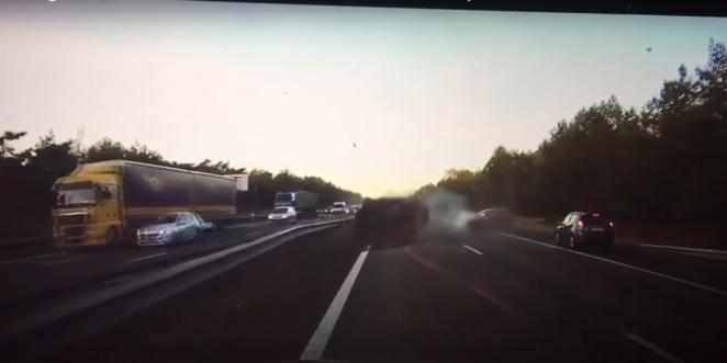 تيسلا موديل S تتنبأ بوقوع حادث على بعد سيارتين أمامها