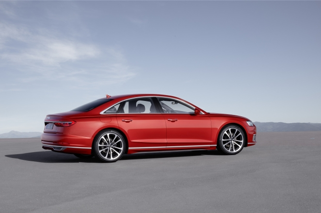 Audi A8 من الجانب