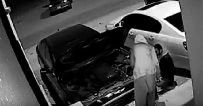 عصابة تفكك سيارة جينيسيس وتسرق قطعها بالسعودية