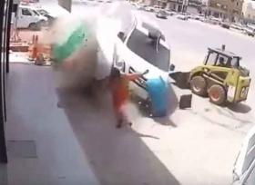 نجاة شخص من الموت بصعوبة في السعودية
