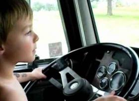 طفل يتعلم قيادة السيارة عبر YouTube ليأخذ أخته الى المطعم !