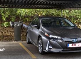 رئيس تويوتا يتوقع تفوق مبيعات السيارات الكهربائية على الهجينة