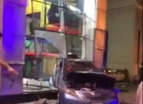 اصطدام شاحنة بـ 6 سيارات وتحطم واجهة مطعم في السعودية