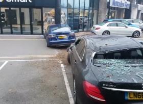 حادث غريب تتعرض له سيارة تيسلا موديل S في بريطانيا