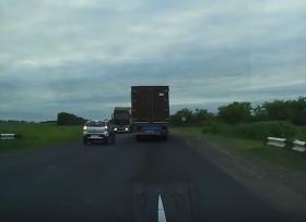 سائق ينجو من الاصطدام بشاحنة في اللحظة الأخيرة