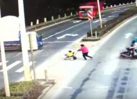 طفل ينجو من الموت بعدما دهسته شاحنة