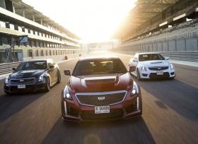 سلسلة V من كاديلاك سيارات فاخرة وأنيقة مع قدرات فائقة على حلبات السباق