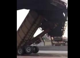 اصطدام شاحنة بجسر مشاة في السعودية