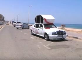 فلسطيني بغزة يحول قطع سيارات الى سيارة زفاف