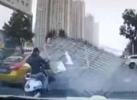 ارتطام سقف من الصفيح براكب دراجة