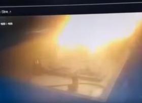 بسبب صاعقة رعدية تشتعل محطة وقود وتندلع بها النيران
