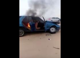 مفحط يشعل النار في سيارته في السعودية