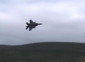 تحليق طائرة نفاثة على ارتفاع منخفض بين الجبال