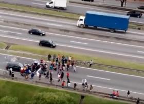 بالفيديو عملية دهس متعمده للمتاظهرين اغلقوا الطريق