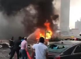 سيارات تحترق بعد سقوط رافعة على شارع الشيخ زايد في دبي