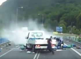 حادث بين سيارة وشاحنة صغيرة