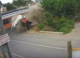 قطار يقسم شاحنة إلى نصفين ويقتل شخصين
