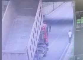 اصطدام شاحنة بالجسر