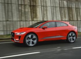 جاكوار I-PACE التي تمثل مستقبل السيارات الكهربائية تسير على الطرقات