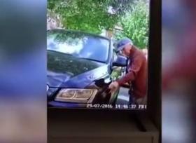 عجوز يخدش سيارة اودي بشكل متعمد