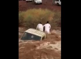 جرف سيارة تويوتا شاص فى السعودية بسبب السيول