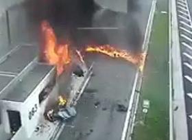 سائق بورش يفقد السيطرة ويصطدم بسيارة أخرى ويتسبب بحادث اليم