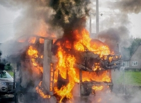 سيارات لاند روفر تنفجر اثناء نقلها على شاحنة