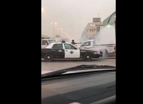 شرطة السعودية تطلق النار على احد سائقي السيارة لتجبره على التوقف