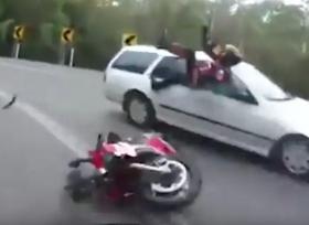 اصطدام دراجة نارية بسيارة قادمة من الاتجاه المعاكس