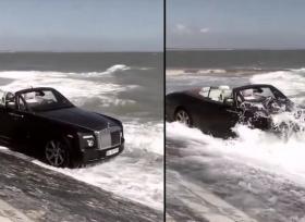رولز رويس تستحم على شاطئ البحر