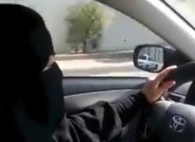 الشرطة السعودية تسجن وتجلد سائق قاد سيارة في زي امراة