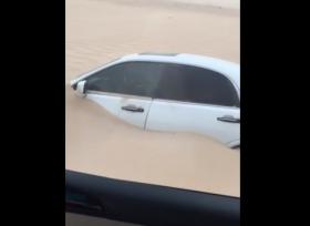 سيارة فى السعودية تدفن تحت الرمال