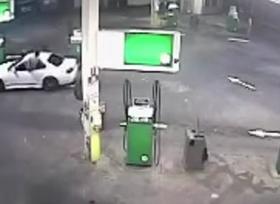 سائق ينقذ سيارته من السرقة بطريقة غريبة